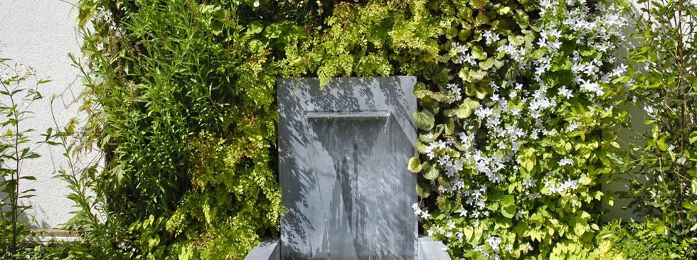 Un écrin fleuri pour une fontaine