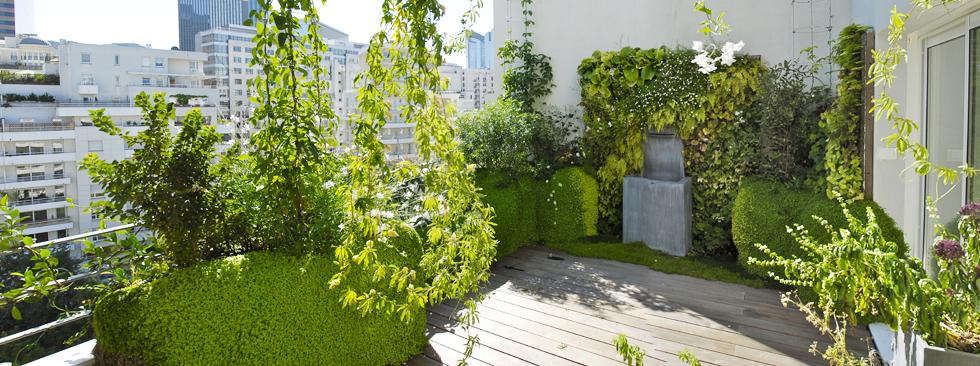 Des draperies végétales habillent cette terrasse