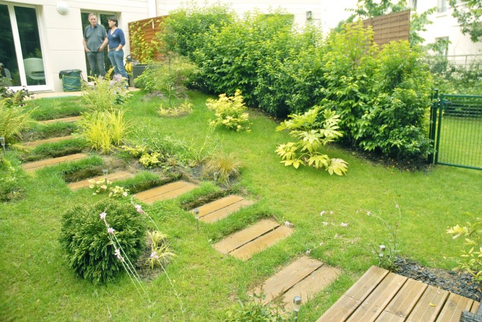 Un jardin tout en pente en lisi re de for t au commencement for Amenager un jardin en pente